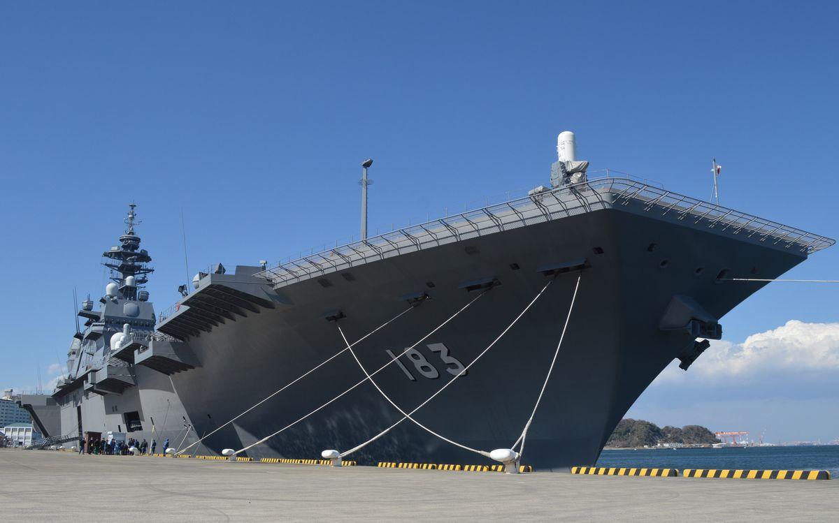写真・図版 : 海上自衛隊の護衛艦「いずも」=4月、神奈川・横須賀。藤田直央撮影