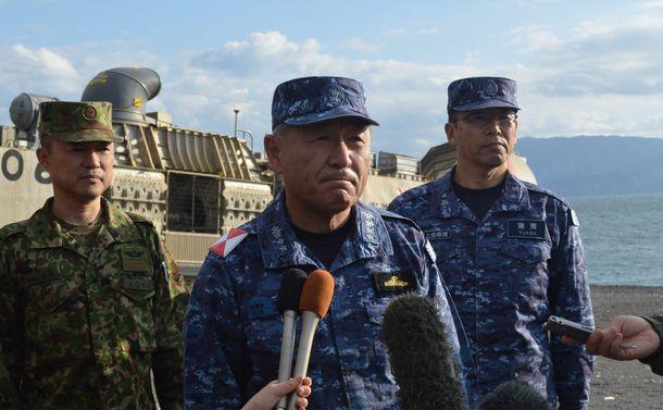 写真・図版 : 2017年11月、静岡・沼津での自衛隊による離島奪還訓練後に記者団に答える、統合幕僚長当時の河野克俊氏。並行して日本海で米空母と海自護衛艦が行った合同訓練について「北朝鮮を含め日米同盟の絆を示せた」と語った=藤田直央撮影