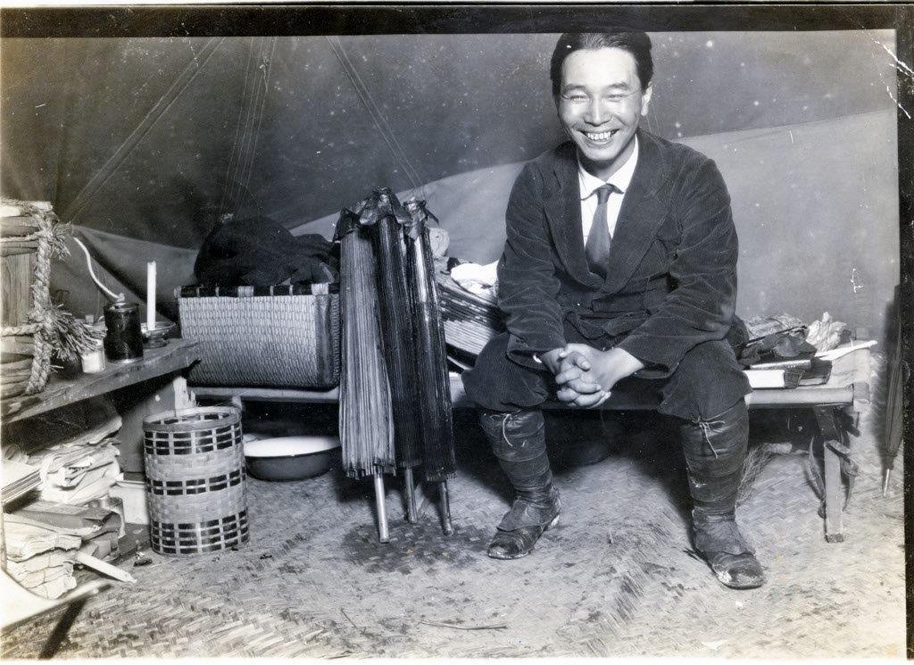 写真・図版 : 関東大震災後、テントを張って救援活動を続けた賀川豊彦。労働運動や生協運動に多大な影響を与えた=1923年ごろ、東京・深川