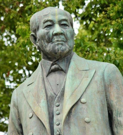 写真・図版 : 日本資本主義の礎を築いた渋沢栄一の銅像。鈴木文治の理解者でもあった=2019年5月9日、東京・常盤橋公園