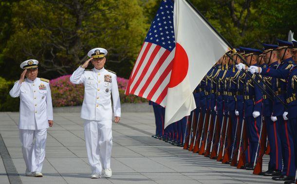 写真・図版 : 2018年4月、来日したハリス米太平洋軍司令官とともに儀仗を受ける河野克俊統合幕僚長(左)=東京・市谷の防衛省。藤田直央撮影