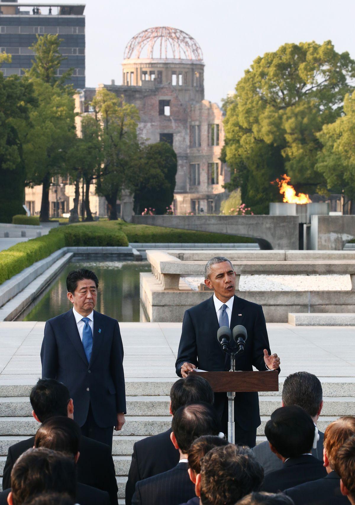 写真・図版 : 2016年6月、71年前に米国が原爆を落とした広島を米大統領で初めて訪れたオバマ氏と、安倍首相=代表撮影