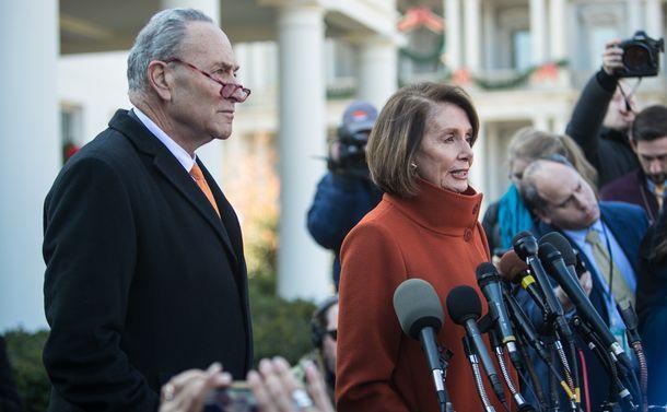 写真・図版 : トランプ米大統領と2018年12月11日にホワイトハウスで面会した後、記者からの質問に答える民主党のペロシ下院院内総務(右)とシューマー上院院内総務=ワシントン