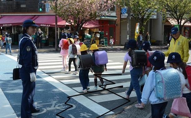 「横断車道」、車遮断機…過剰な車社会の改善策