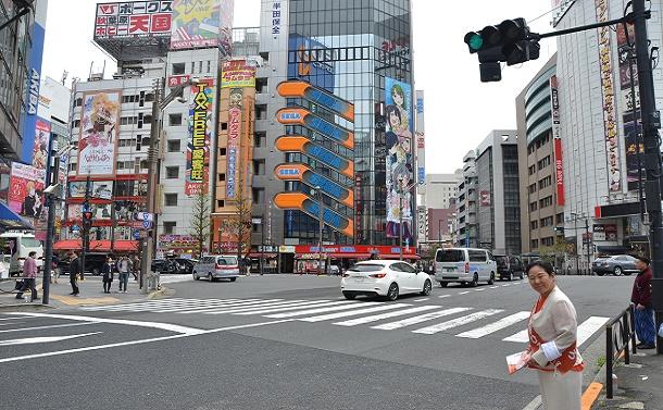 千代田区議選の選挙運動をする山田千洋さん。道行く人のほとんどは区外の人だ=東京・秋葉原