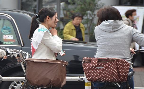 成田さんがスーパー前に立つと、同じ子育て世代の女性たちが次々声をかけて来た=東京都三鷹市