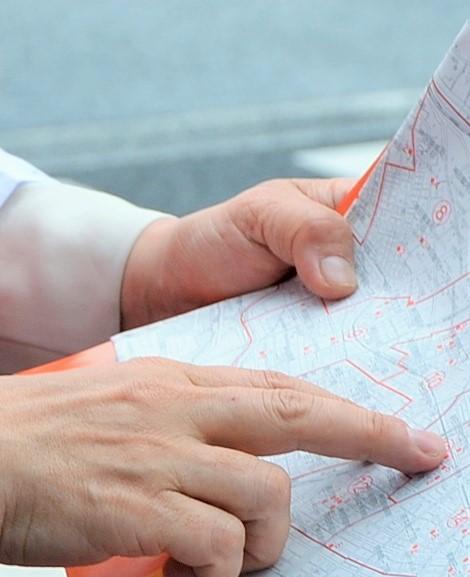 選挙ポスターの掲示板の位置がわからず地図を見る=東京都千代田区