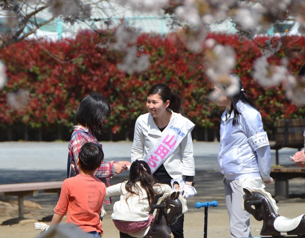 写真・図版 : 選挙戦終盤、山田千良子さんに対する女性たちの反応がよくなった=さいたま市大宮区