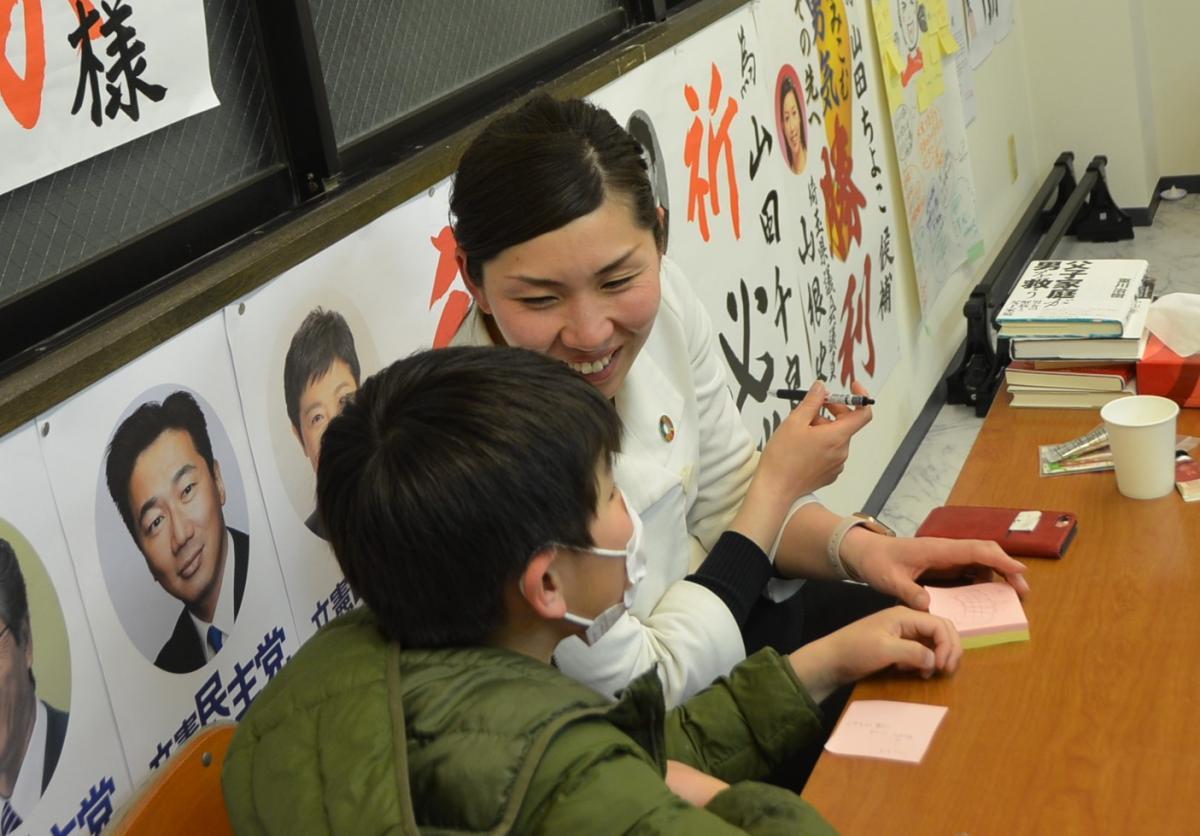 写真・図版 : 開票結果を選挙事務所で見守る山田千良子さんを心配して息子が訪ねてきた=さいたま市大宮区