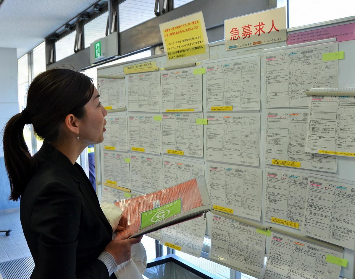 写真・図版 : 落選後、職業安定所で求人を見る山田千良子さん=さいたま市大宮区