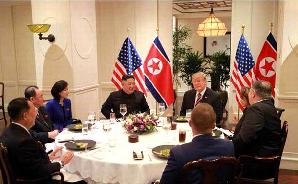 写真・図版 : 夕食会で歓談するトランプ米大統領と金正恩氏ら=2019年2月27日、ハノイ、労働新聞ホームページから