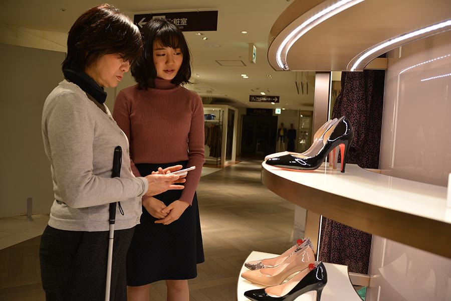 写真・図版 : アプリ開発を手がけた東京大の嶋田紅緒さん(右)と、使い勝手を確かめる女性=2019年1月、杉本崇撮影