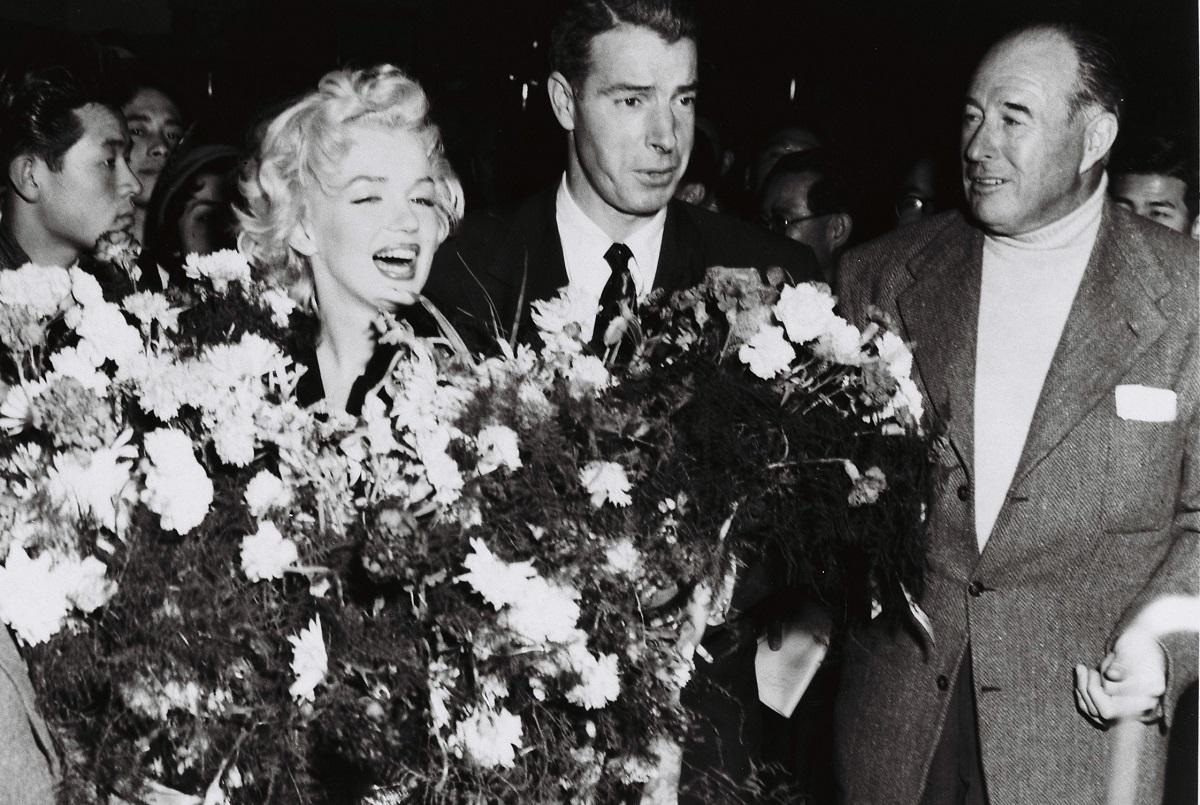 写真・図版 : 1954年に来日したマリリン・モンロー。右隣は夫で元メジャーリーガーのジョー・ディマジオ