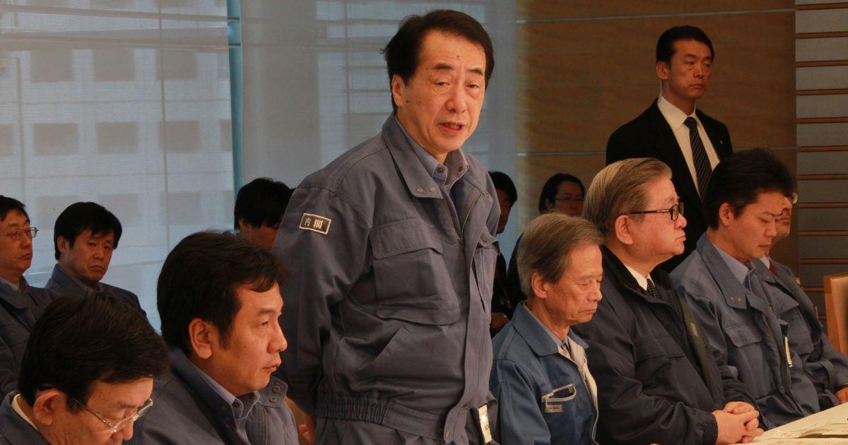写真・図版 : 緊急災害対策本部に臨む菅直人首相(左から3人目)=2011年3月16日、首相官邸