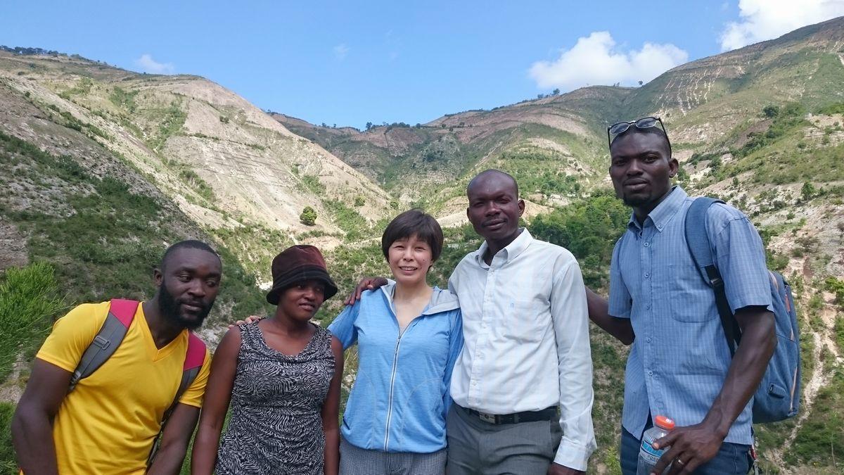 写真・図版 : 2019年4月27日、西県ガンチエ市ラスティーク村の植林地。ガスティン村長はこの石ころだらけの土地でスーパーフードとして注目をあつめる、モリンガの栽培・加工を通じて村を豊かにしたいと考えている=ハイチ友の会提供