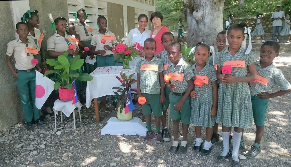 写真・図版 : 2019年5月2日、南東県ベネにある聖ジェラルド学校に、里親支援制度で就学している生徒たち=ハイチ友の会提供