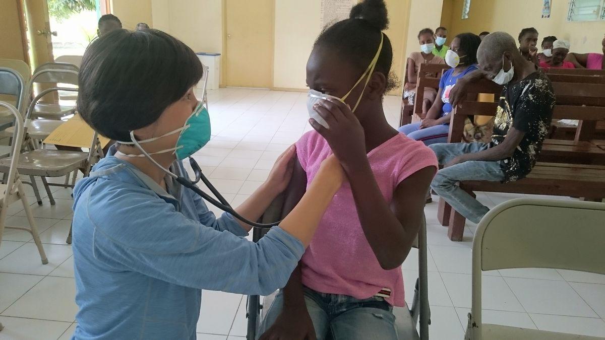 写真・図版 : ハイチで医療支援活動をする小澤幸子さん=ハイチ友の会提供