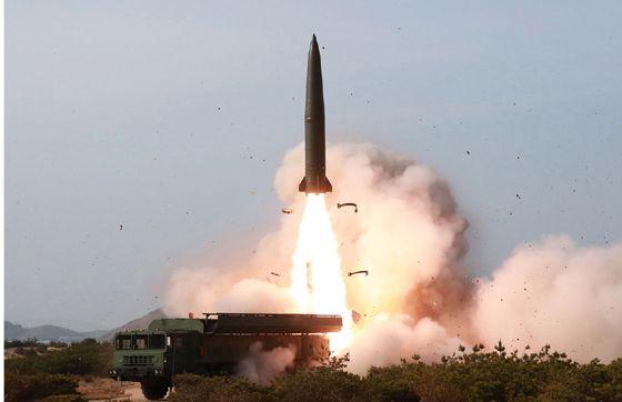写真・図版 : 5月4日、金正恩朝鮮労働党委員長が指導した軍事訓練で発射された戦術誘導兵器。形状などから弾道ミサイルとの見方が出ている=労働新聞ホームページから