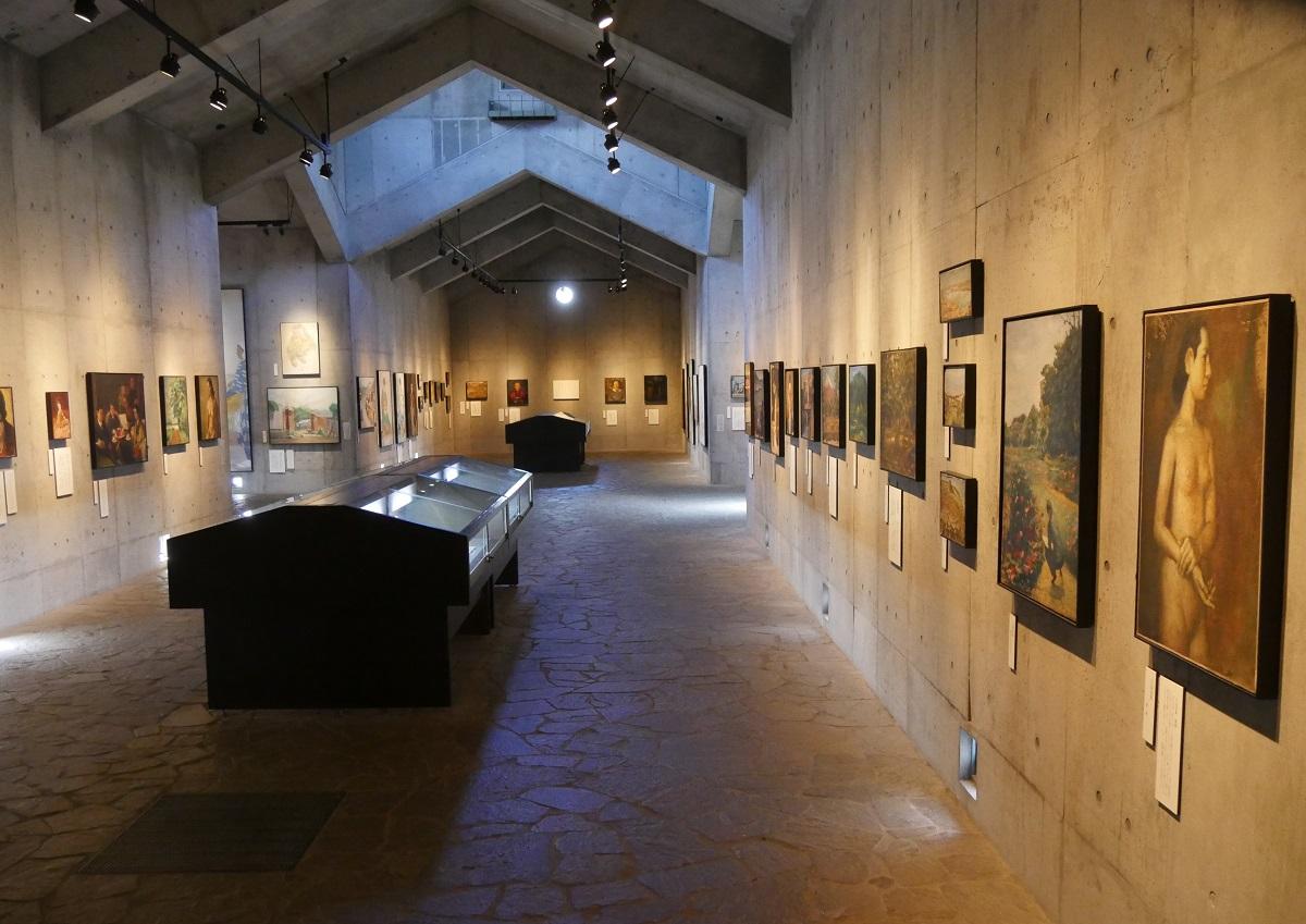 画学生らの遺作や遺品などが並ぶ館内 被写体所在地 上田市の無言館