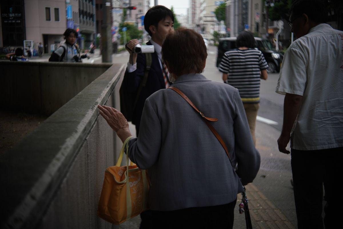 写真・図版 : 判決を受け、仙台地裁を後にする原告の70代女性=2019年5月28日午後3時22分、仙台市青葉区、小玉重隆撮影