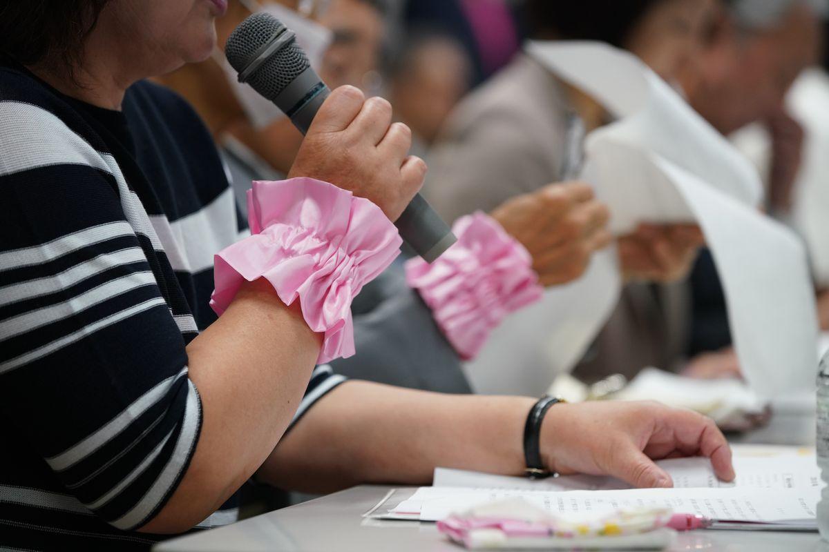 写真・図版 : 記者会見で質問に答える60代の原告女性の義姉(左)=2019年5月28日午後4時35分、仙台市青葉区、小玉重隆撮影