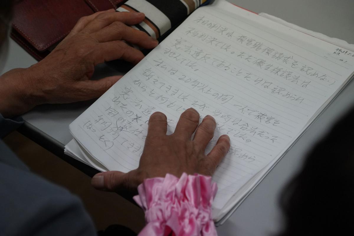 写真・図版 : 記者会見で判決を受けての気持ちを読み上げる原告の70女性=2019年5月28日午後5時22分、仙台市青葉区、小玉重隆撮影