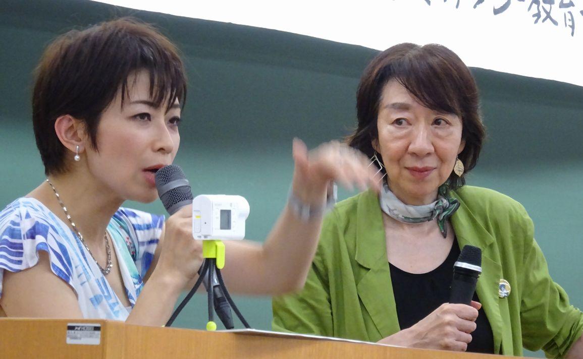 写真・図版 : 「日本政府は直接、間接にメディアに圧力をかけている」。国連特別報告者のデビッド・ケイ氏は国連人権理事会にそう報告した(2017年6月)。これを受けて開かれたシンポジウム「ペンは負けないカメラは見逃さない――ジャーナリストの良心宣言2018――」で、望月衣塑子記者(左)は、元朝日新聞編集委員の竹信三恵子氏(右)と対談した=東京都千代田区で2018年7月1日、筆者撮影