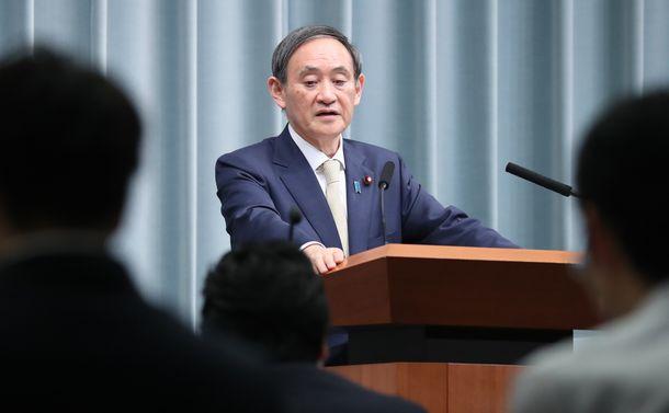 写真・図版 : 記者会見する菅義偉官房長官