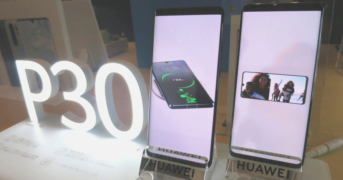 写真・図版 : ファーウエイの新型スマホ「P30」シリーズ。携帯大手3社では発売延期や予約中止に追い込まれた=2019年5月21日、東京都目黒区