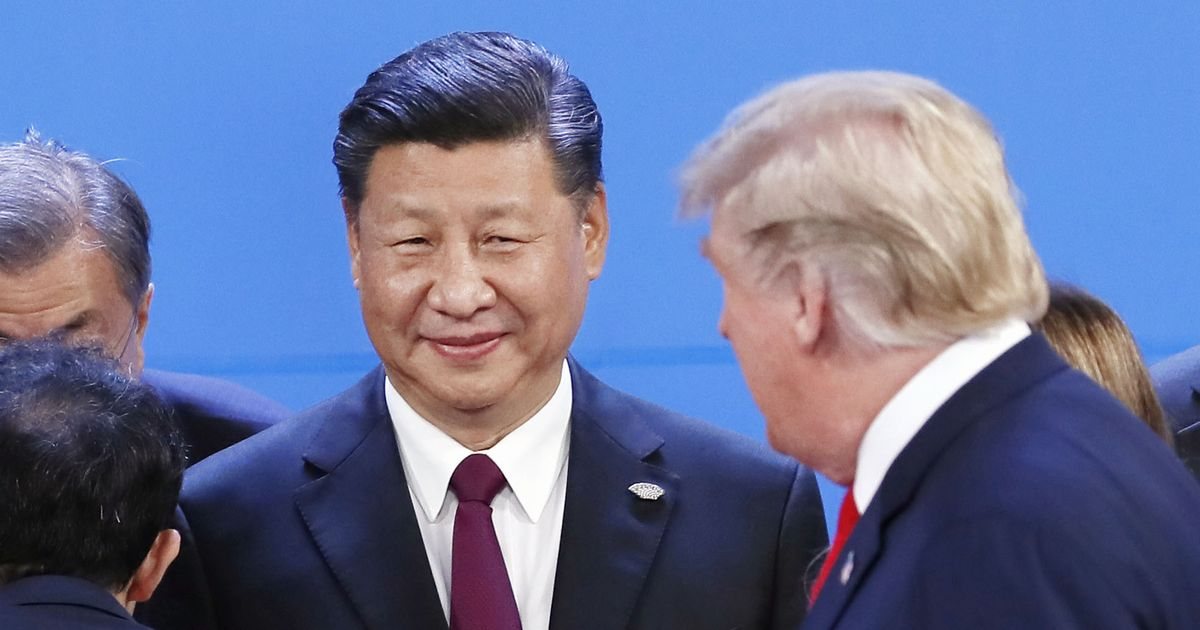 写真・図版 : G20の記念撮影に臨む中国の習近平国家主席(左)とトランプ米大統領=2018年11月30日、ブエノスアイレス