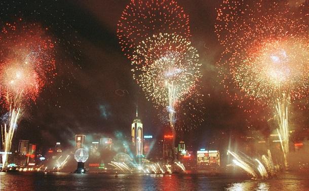 写真・図版 : 中国返還を祝う花火=香港・尖沙咀、1997年7月1日