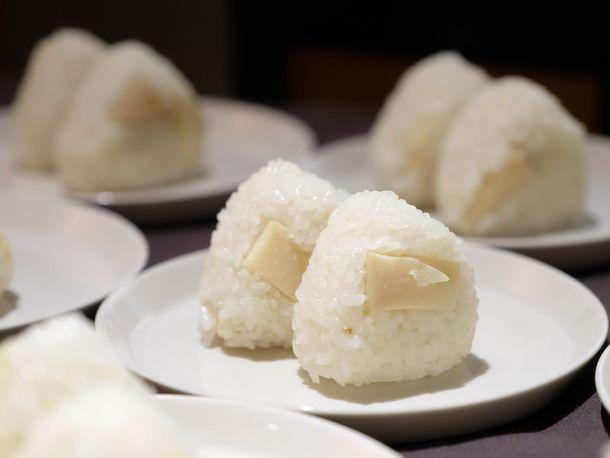 写真・図版 : 恒例の「おむすびタイム」では、『ゼロの焦点』の最後のシーンで描かれる日本海に触発されたワカメスープが旬のたけのこの炊き込みご飯のおむすびと共に供された。