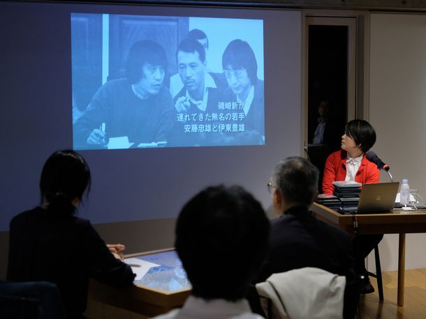 写真・図版 : 「だれも知らない建築のはなし」のトレーラーを見せる石山さん。
