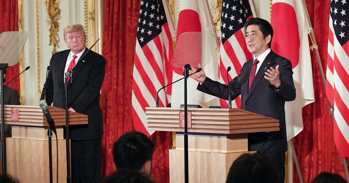 写真・図版 : 日米首脳会談の後、共同記者会見に臨むトランプ米大統領(左)と安倍晋三首相=2019年5月27日、東京・元赤坂の迎賓館