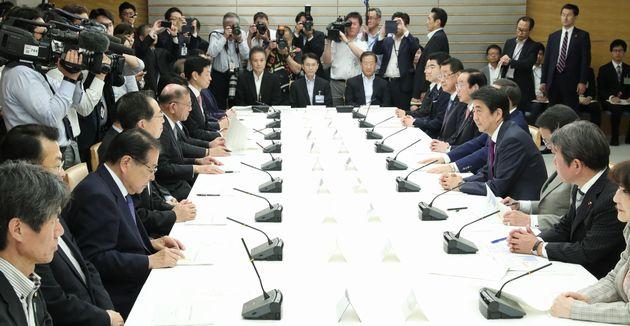 写真・図版 : 月例経済報告等に関する関係閣僚会議に臨む安倍晋三首相(右側中央)=2019年5月24日、首相官邸