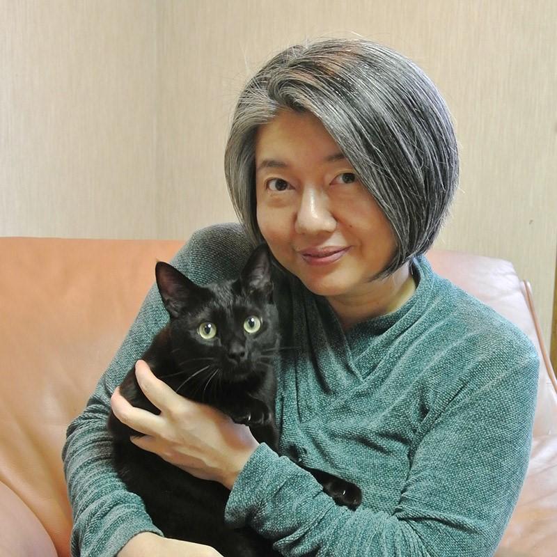 写真・図版 : 愛猫と一緒の梶原葉月さん