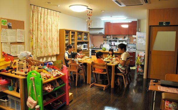 写真・図版 : 児童養護施設の夕食の時間(本文とは関係ありません)