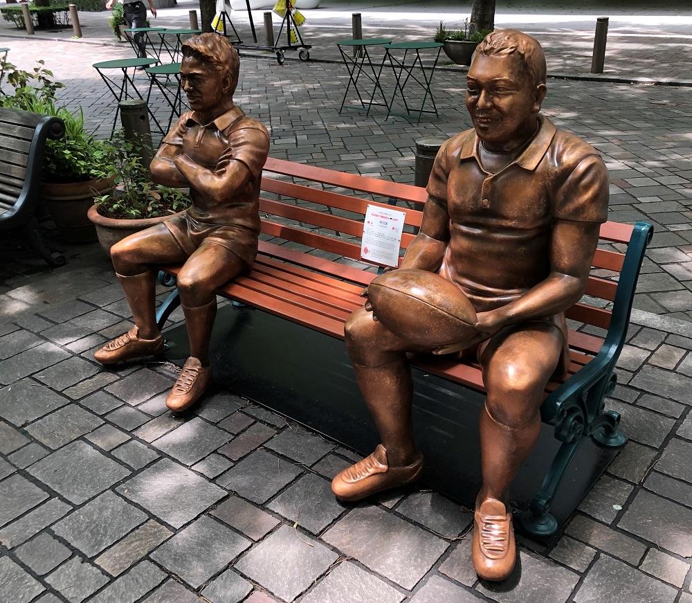 写真・図版 : ユニフォーム姿の「中川家」が座るベンチアート
