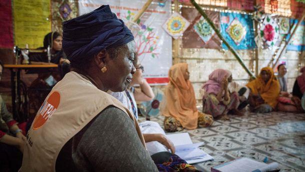 写真・図版 : 日本政府の支援によりUNFPAがロヒンギャ難民キャンプに設置したWomen Friendly Space (女性のためのセーフ・スペース)で、難民女性たちの話に耳を傾けるナタリア・カネム=2018年5月23日