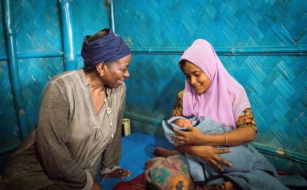 写真・図版 : バングラデシュの難民キャンプに設置されたリプロダクティブ・ヘルス・クリニックで、赤ちゃんを出産したばかりの女性と=2018年5月23日