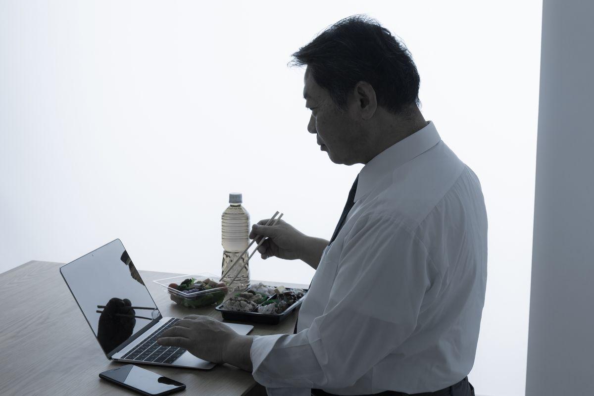 写真・図版 : こんな日常、送っていませんか? polkadot_photo/shutterstock.com