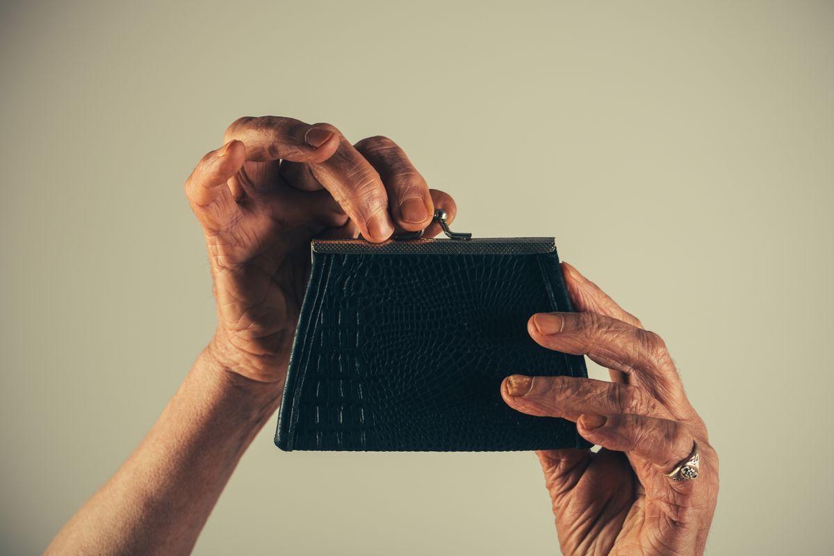 写真・図版 : 社会保障制度はどうしたら維持できるのか Expensive/shutterstock.com