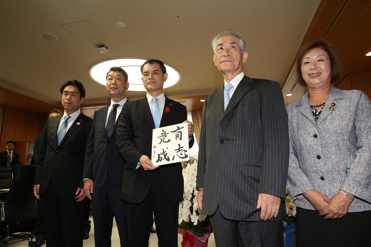 写真・図版 : ノーベル賞を受賞した本庶佑さんは柴山昌彦文科相と面会し「研究助成費をもっと増やして」と訴えた=2018年10月11日、文科省
