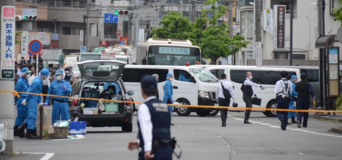 写真・図版 : 現場付近を調べる神奈川県警の捜査員たち=2019年5月28日