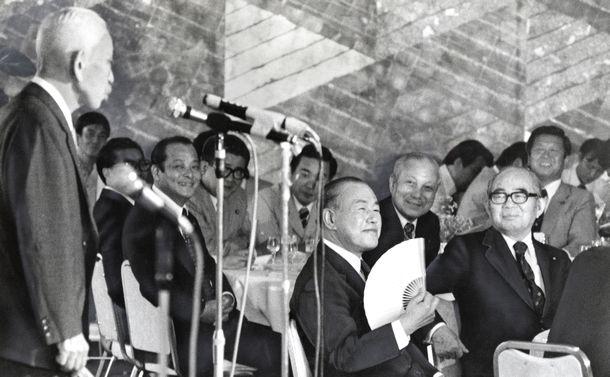 写真・図版 : 1979年秋の総選挙をにらんだ自民党田中派が総会。中央で話を聞くのが田中角栄元首相。右奥は小沢一郎氏