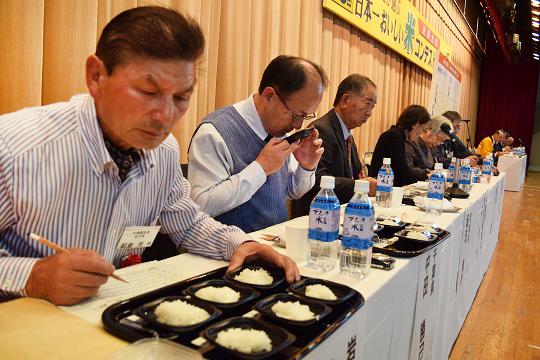 写真・図版 : 山形県庄内市で毎年開かれている「日本一おいしい米コンテスト」。2014年はミルキークイーンが最高賞を受けた=2014年11月29日、庄内町、伊東大治撮影
