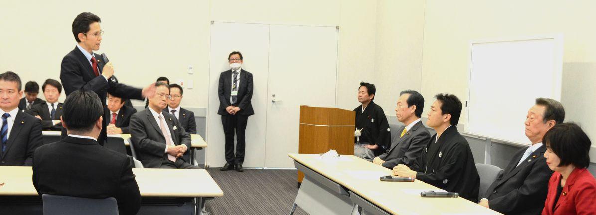 写真・図版 : 国民民主党と自由党の合同会合で立ち上がり、自由の小沢一郎代表(右から2人目)らの目の前で統一会派結成を批判する階猛氏(左)=2019年1月28日、国会内