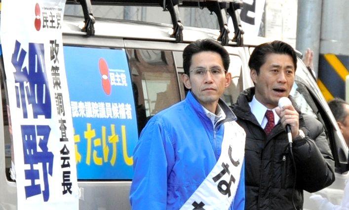 写真・図版 : 細野豪志氏(右)と街頭に立つ階猛氏=2012年12月7日、盛岡市