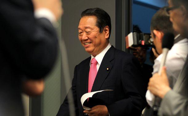 写真・図版 : 民主党離党について記者会見に臨む小沢一郎氏=2012年7月2日、東京・永田町