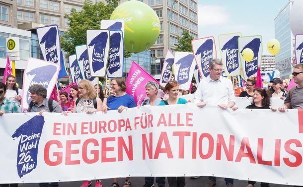写真・図版 : 「みんなの欧州 ナショナリズムに反対」と書かれた垂れ幕を持って歩く人たち=5月19日、ベルリン、野島淳撮影